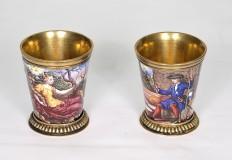 Coppia di bicchierini in argento dorato e smaltato